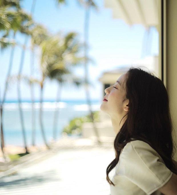 """Xem loạt hình nghỉ dưỡng ở Hawaii của BLACKPINK xong, các fan chỉ thấy """"chua xót"""" vì… thua cả một chú cá heo - Ảnh 7."""