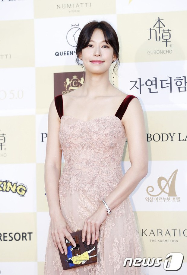Thảm đỏ khủng: Bom sex Clara chiêu trò bức tử vòng 1 siêu to khổng lồ, Lee Sung Kyung sang chảnh bên thái tử - Ảnh 15.