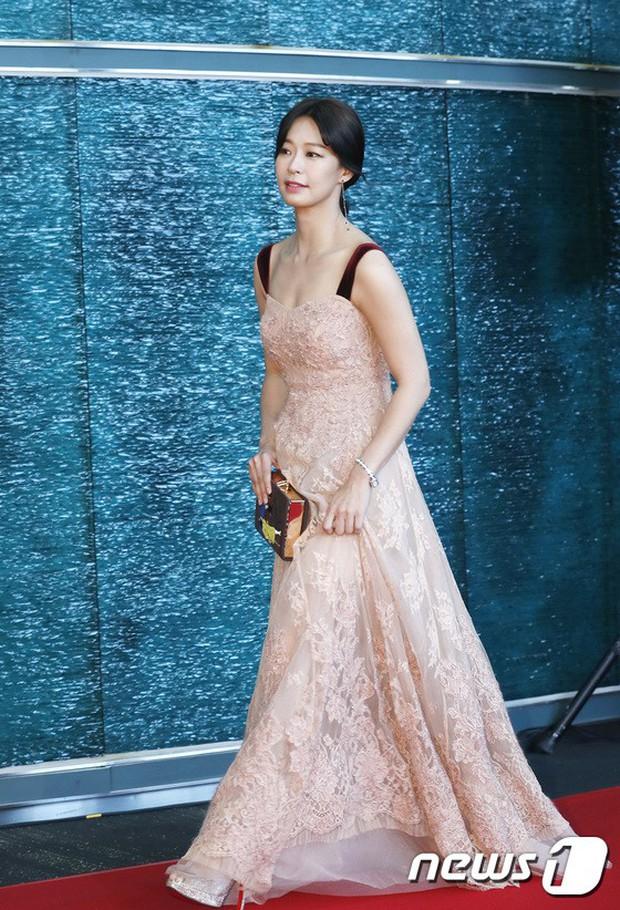 Thảm đỏ khủng: Bom sex Clara chiêu trò bức tử vòng 1 siêu to khổng lồ, Lee Sung Kyung sang chảnh bên thái tử - Ảnh 14.