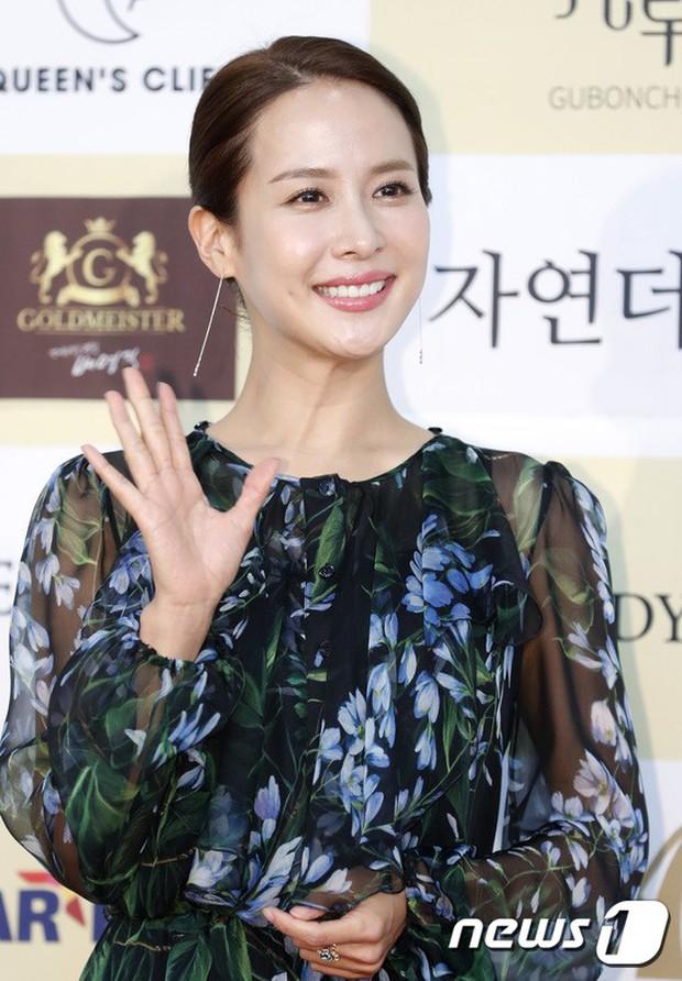 Thảm đỏ khủng: Bom sex Clara chiêu trò bức tử vòng 1 siêu to khổng lồ, Lee Sung Kyung sang chảnh bên thái tử - Ảnh 11.