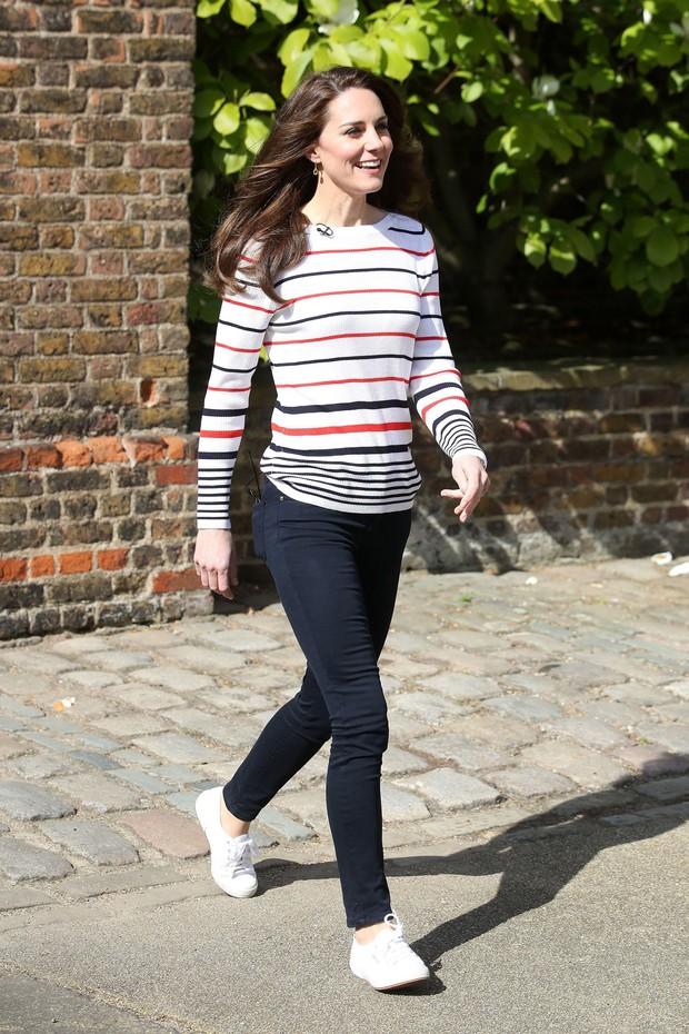 Thêm tips mặc đẹp từ style tưởng như phi thực tế của các Công nương: 3 mẫu giày kết hợp cực nuột với quần jeans - Ảnh 1.