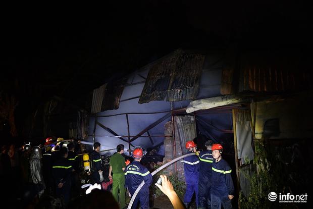 Hà Nội: Cháy xưởng nhựa trên phố Tân Mai, hai người may mắn chạy thoát - Ảnh 1.