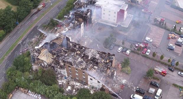 Khách sạn ở Anh cháy ngùn ngụt, dân tháo chạy - Ảnh 1.