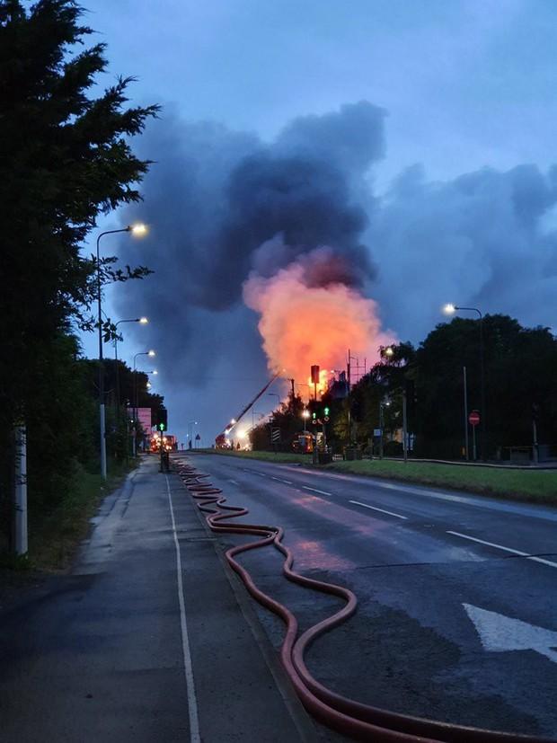 Khách sạn ở Anh cháy ngùn ngụt, dân tháo chạy - Ảnh 2.