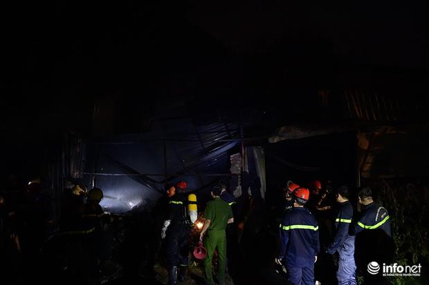 Hà Nội: Cháy xưởng nhựa trên phố Tân Mai, hai người may mắn chạy thoát - Ảnh 8.