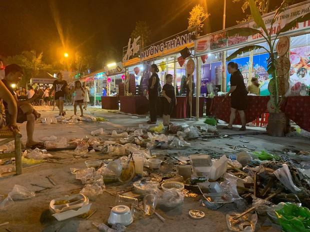 Sốc với cảnh tượng rác ngập tận mắt đêm khai mạc Festival Văn hóa ẩm thực du lịch Quốc tế ở Nghệ An - Ảnh 1.