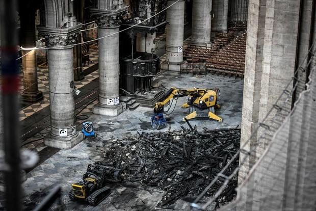 Nhà thờ Đức Bà Paris sau 3 tháng bị ngọn lửa nhấn chìm: Khung cảnh ảm đạm đến lạ, quá trình tu sửa vẫn diễn ra - Ảnh 13.