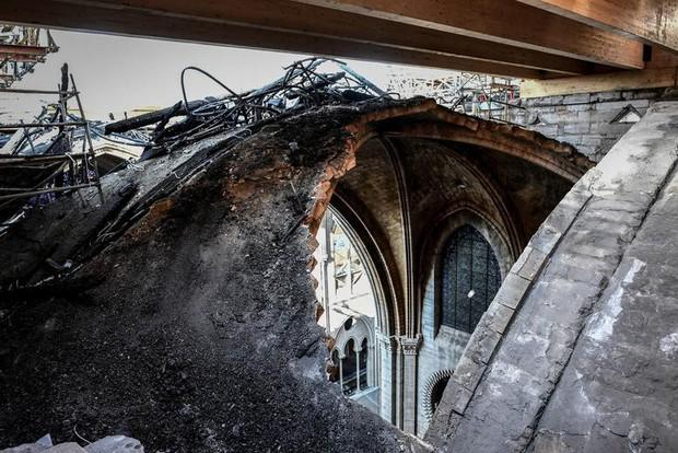 Nhà thờ Đức Bà Paris sau 3 tháng bị ngọn lửa nhấn chìm: Khung cảnh ảm đạm đến lạ, quá trình tu sửa vẫn diễn ra - Ảnh 11.