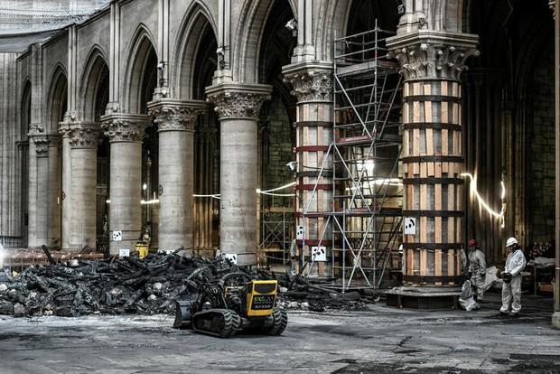 Nhà thờ Đức Bà Paris sau 3 tháng bị ngọn lửa nhấn chìm: Khung cảnh ảm đạm đến lạ, quá trình tu sửa vẫn diễn ra - Ảnh 9.