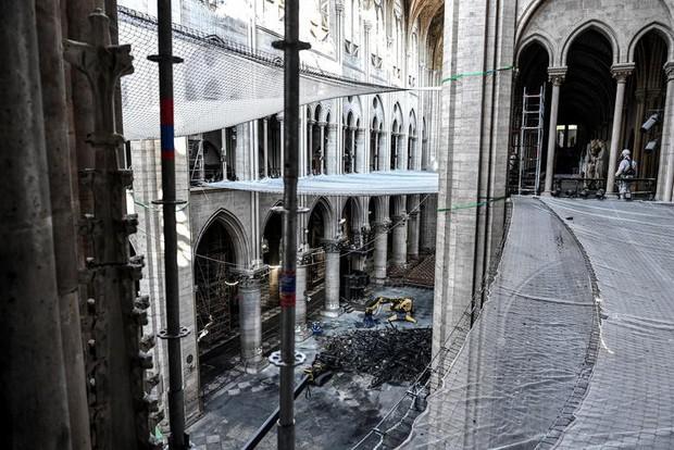 Nhà thờ Đức Bà Paris sau 3 tháng bị ngọn lửa nhấn chìm: Khung cảnh ảm đạm đến lạ, quá trình tu sửa vẫn diễn ra - Ảnh 3.