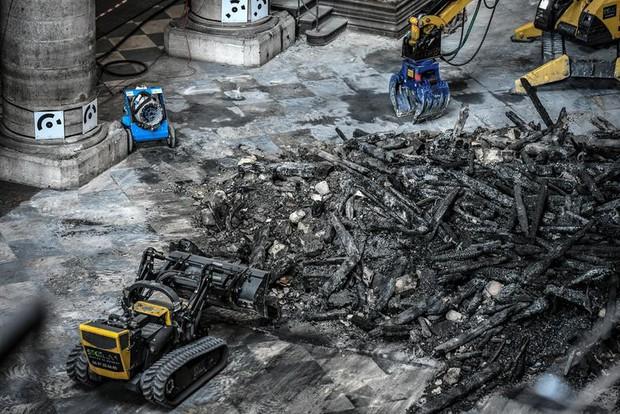 Nhà thờ Đức Bà Paris sau 3 tháng bị ngọn lửa nhấn chìm: Khung cảnh ảm đạm đến lạ, quá trình tu sửa vẫn diễn ra - Ảnh 12.