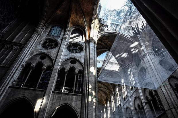 Nhà thờ Đức Bà Paris sau 3 tháng bị ngọn lửa nhấn chìm: Khung cảnh ảm đạm đến lạ, quá trình tu sửa vẫn diễn ra - Ảnh 10.
