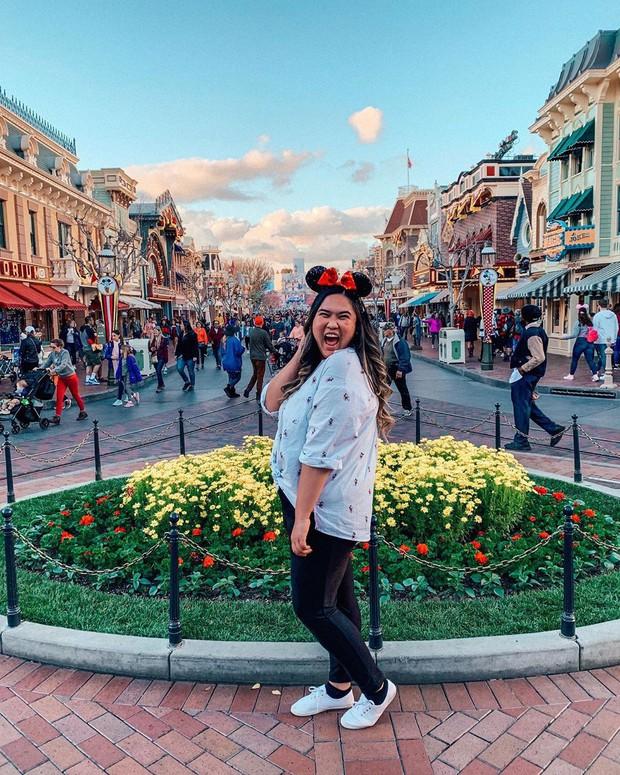 """Bất ngờ trước cảnh tượng """"vắng như chùa bà đanh"""" của công viên Disneyland nổi tiếng thế giới, nguyên nhân do đâu? - Ảnh 2."""
