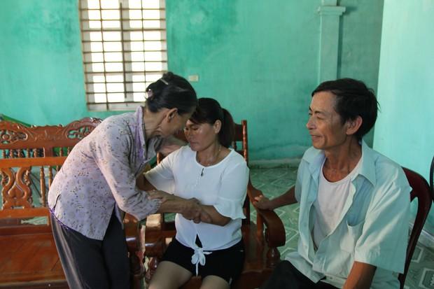 Mẹ già mừng rơi nước mắt đón con gái trở về sau 24 năm lưu lạc xứ người: Tôi không ngờ còn sống để gặp con gái - Ảnh 2.
