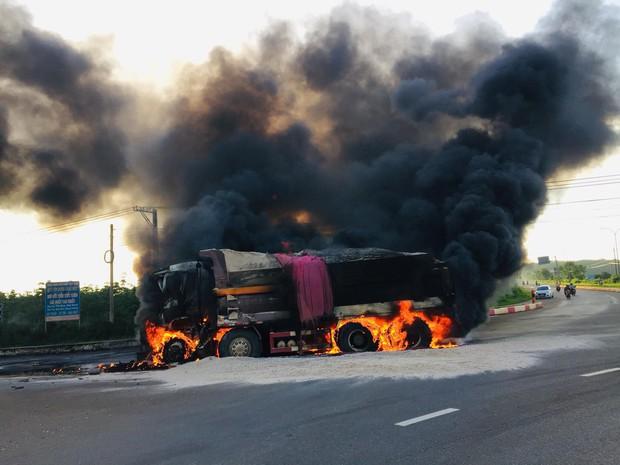 Xe bồn chở xăng và xe ben bốc cháy dữ dội sau va chạm, tài xế và con trai 6 tuổi tử vong trong cabin - Ảnh 1.