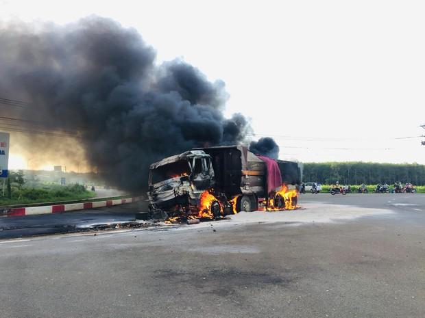 Xe bồn chở xăng và xe ben bốc cháy dữ dội sau va chạm, tài xế và con trai 6 tuổi tử vong trong cabin - Ảnh 2.