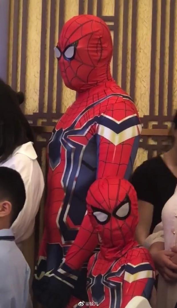 Tin lời con trai mà không kiểm chứng, hai bố con bỗng chiếm spotlight tại lớp học khi hoá thân thành Spider Man - Ảnh 3.