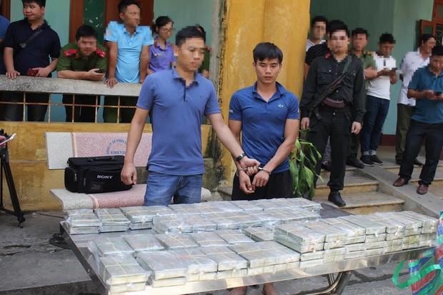 Hòa Bình: Phát hiện, bắt giữ 4 đối tượng vận chuyển 100 bánh heroin - Ảnh 1.