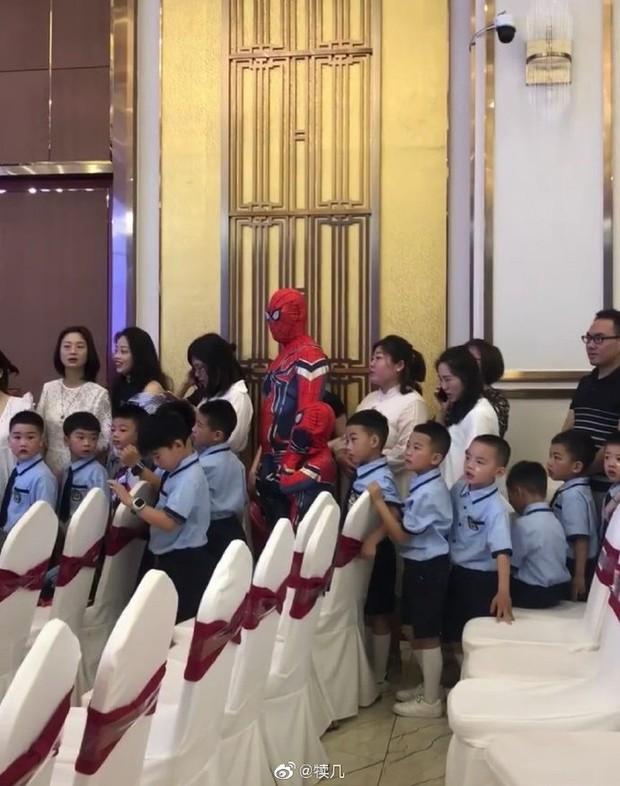 Tin lời con trai mà không kiểm chứng, hai bố con bỗng chiếm spotlight tại lớp học khi hoá thân thành Spider Man - Ảnh 1.