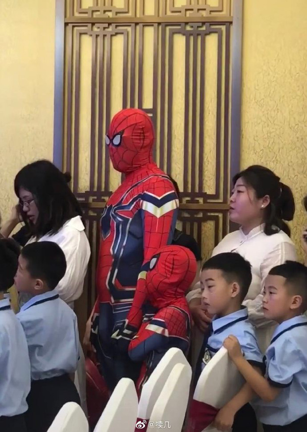 Tin lời con trai mà không kiểm chứng, hai bố con bỗng chiếm spotlight tại lớp học khi hoá thân thành Spider Man - Ảnh 2.