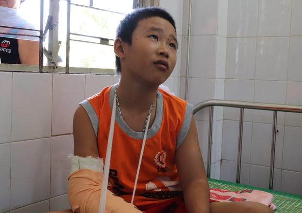 Cậu bé bán vé số bị cướp đánh gãy tay phải chuyển ra Đà Nẵng điều trị vì nghi chấn động não - Ảnh 1.