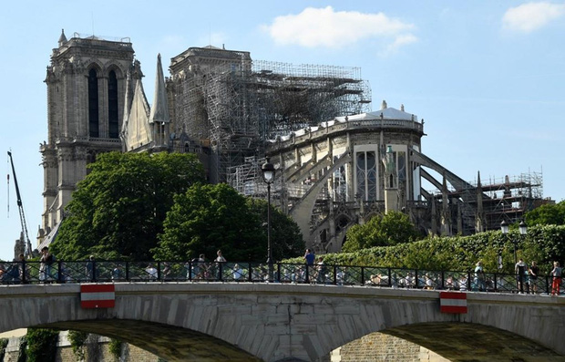 Các trường học gần nhà thờ Đức Bà Paris bị ô nhiễm chì sau vụ hỏa hoạn - Ảnh 1.