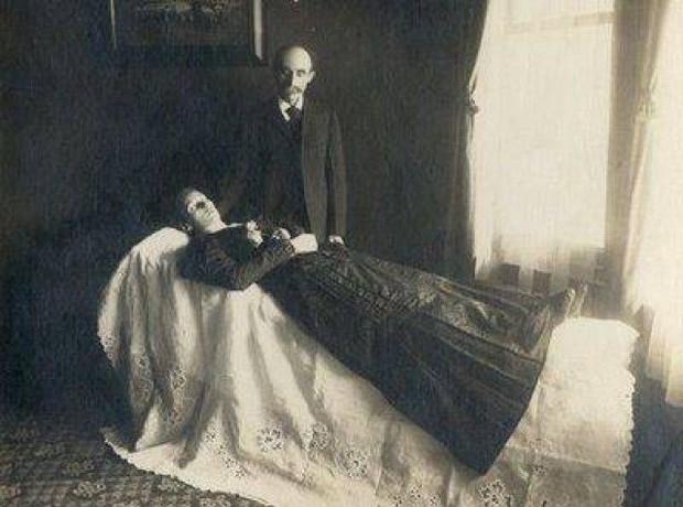 Chi tiết rùng rợn đằng sau bức ảnh gia đình và trào lưu chụp ảnh lạ lùng nhưng cực nổi tiếng ở Anh từ thời Nữ hoàng Victoria - Ảnh 1.