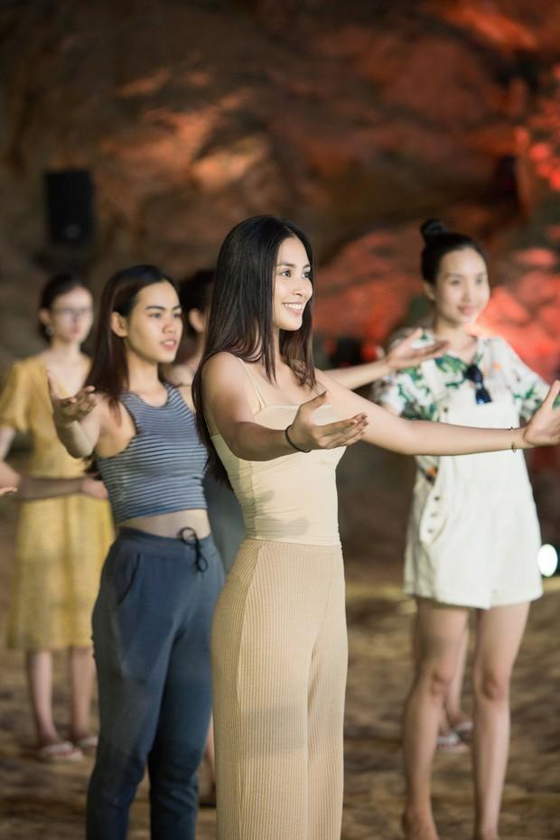 HH Tiểu Vy khoe mặt mộc siêu xinh, tự tin dẫn đầu dàn chân dài đình đám trình diễn catwalk trong hang động - Ảnh 1.