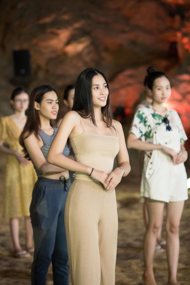 HH Tiểu Vy khoe mặt mộc siêu xinh, tự tin dẫn đầu dàn chân dài đình đám trình diễn catwalk trong hang động - Ảnh 2.