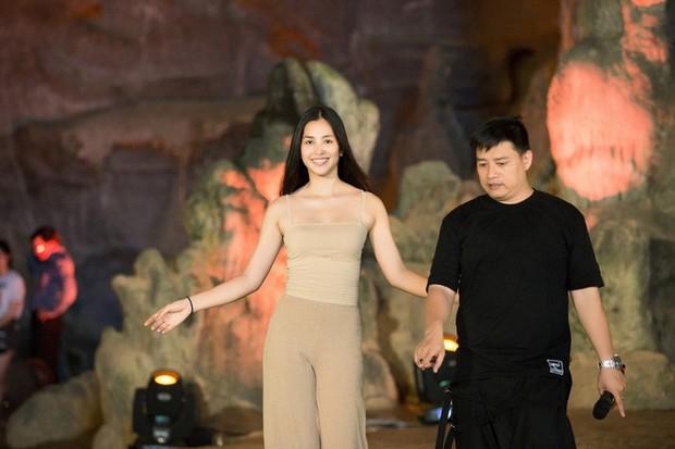 HH Tiểu Vy khoe mặt mộc siêu xinh, tự tin dẫn đầu dàn chân dài đình đám trình diễn catwalk trong hang động - Ảnh 3.