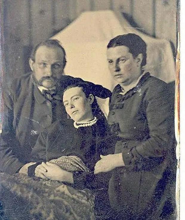 Chi tiết rùng rợn đằng sau bức ảnh gia đình và trào lưu chụp ảnh lạ lùng nhưng cực nổi tiếng ở Anh từ thời Nữ hoàng Victoria - Ảnh 4.