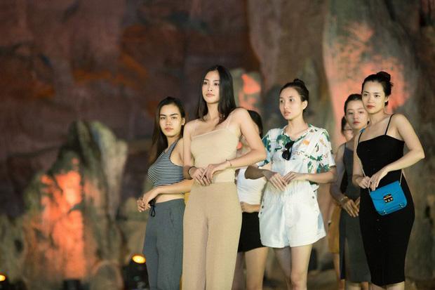 HH Tiểu Vy khoe mặt mộc siêu xinh, tự tin dẫn đầu dàn chân dài đình đám trình diễn catwalk trong hang động - Ảnh 4.