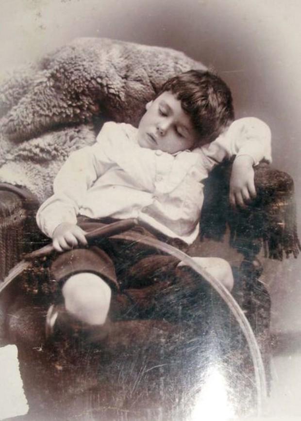 Chi tiết rùng rợn đằng sau bức ảnh gia đình và trào lưu chụp ảnh lạ lùng nhưng cực nổi tiếng ở Anh từ thời Nữ hoàng Victoria - Ảnh 5.
