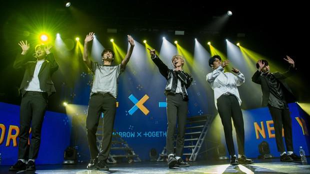 """BTS và TXT """"so kè"""" concert đầu tiên trên đất Mỹ: Nhóm phải phát tờ rơi, biểu diễn """"chùa"""", nhóm """"cháy vé"""" trong nháy mắt - Ảnh 3."""