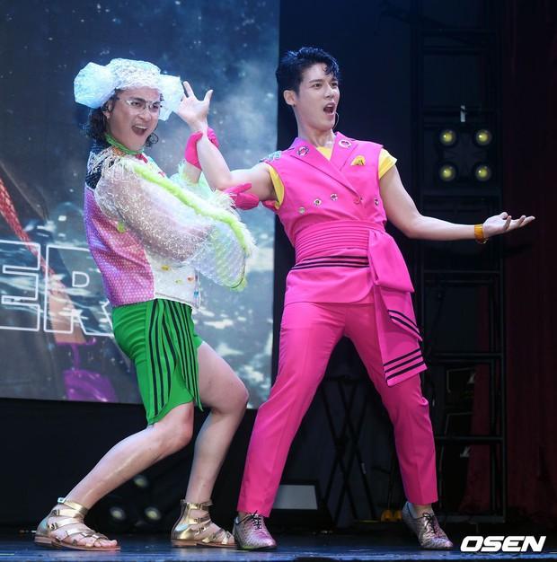 Màn chào fan sốc nhất Music Bank: Sao nam Kpop thản nhiên lột áo, tắm gội ngay trước bàn dân thiên hạ - Ảnh 6.