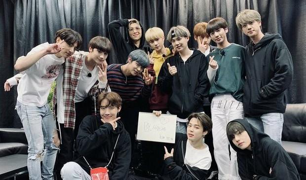 """BTS và TXT """"so kè"""" concert đầu tiên trên đất Mỹ: Nhóm phải phát tờ rơi, biểu diễn """"chùa"""", nhóm """"cháy vé"""" trong nháy mắt - Ảnh 6."""