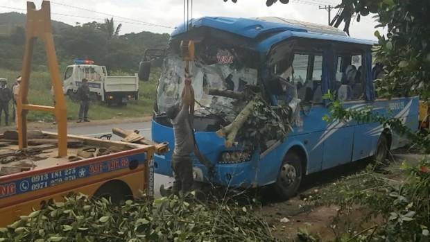 Xe khách tông xe máy rồi lao thẳng vào gốc cây, 1 người chết, nhiều người bị thương - Ảnh 2.