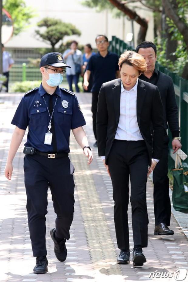 NÓNG: Park Yoochun mếu máo khóc, chính thức bị tuyên án tù vì bê bối ma túy với hôn thê tài phiệt - Ảnh 4.