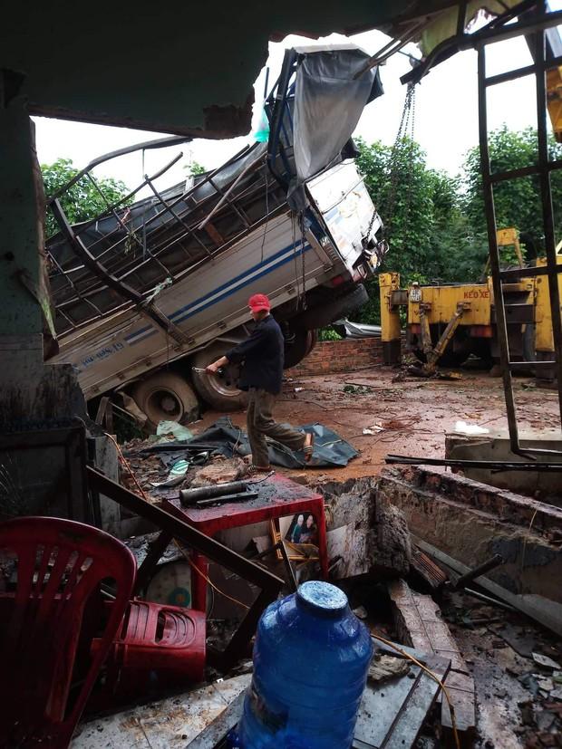 Xe tải đổ đèo lao qua đường tông sập nhà dân, một người đàn ông may mắn thoát chết - Ảnh 3.