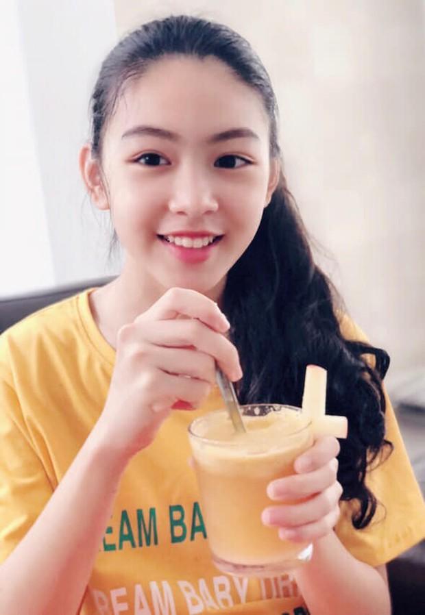 Con gái lớn MC Quyền Linh sớm bộc lộ tố chất beauty blogger với khả năng làm tóc điệu nghệ - Ảnh 1.