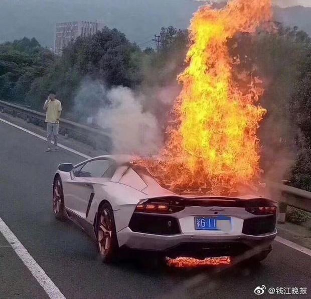 Mượn siêu xe Lamborghini 28 tỷ của bạn đi dự tiệc, chàng trai khóc không ra tiếng khi xe bốc cháy ngay trên đường - Ảnh 4.