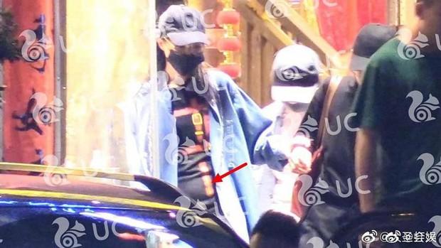 Hình ảnh hot nhất Weibo: Đường Yên lộ bụng bầu cùng vóc dáng nặng nề, phải cần trợ lý dìu đi - Ảnh 2.