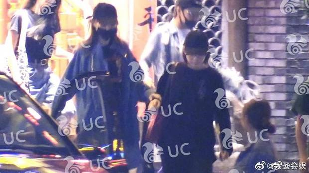 Hình ảnh hot nhất Weibo: Đường Yên lộ bụng bầu cùng vóc dáng nặng nề, phải cần trợ lý dìu đi - Ảnh 3.