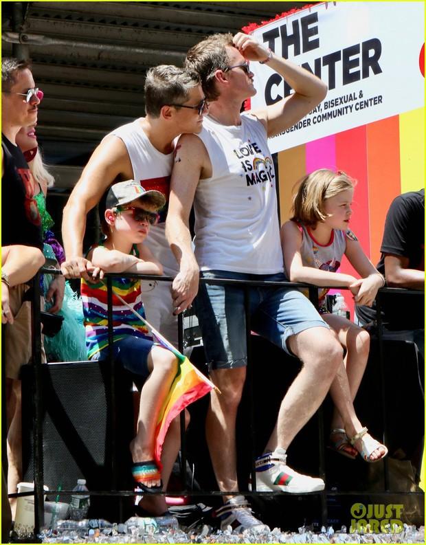 Cặp đôi đồng tính đáng yêu nhất Hollywood: Tài tử How I met your mother cùng chồng và 2 con đi ăn mừng tháng LGBT - Ảnh 5.