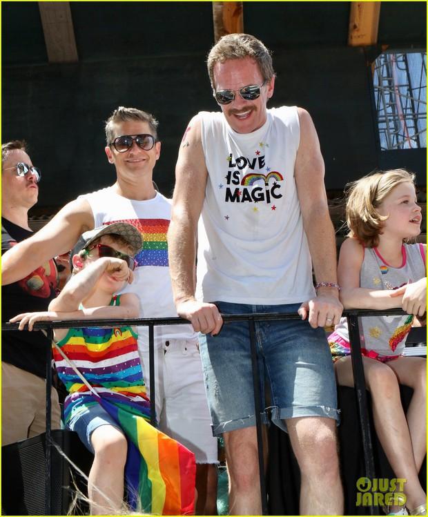 Cặp đôi đồng tính đáng yêu nhất Hollywood: Tài tử How I met your mother cùng chồng và 2 con đi ăn mừng tháng LGBT - Ảnh 4.