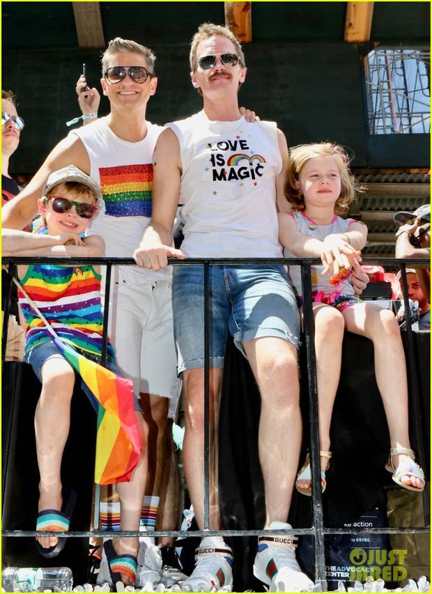 Cặp đôi đồng tính đáng yêu nhất Hollywood: Tài tử How I met your mother cùng chồng và 2 con đi ăn mừng tháng LGBT - Ảnh 1.