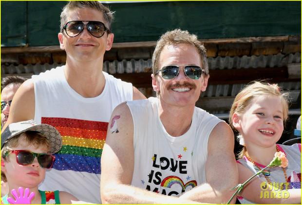 Cặp đôi đồng tính đáng yêu nhất Hollywood: Tài tử How I met your mother cùng chồng và 2 con đi ăn mừng tháng LGBT - Ảnh 3.