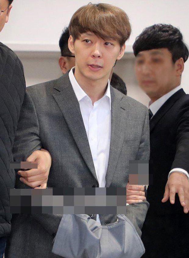 Từng đóng vai cảnh sát cool ngầu, tréo ngoe thay Park Yoochun lại bị tuyên án tù treo rồi? - Ảnh 1.