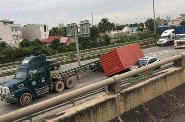 TP.HCM: Thùng container rơi đè trúng ô tô ở Sài Gòn, tài xế hoảng loạn thoát chết trong gang tấc - Ảnh 1.