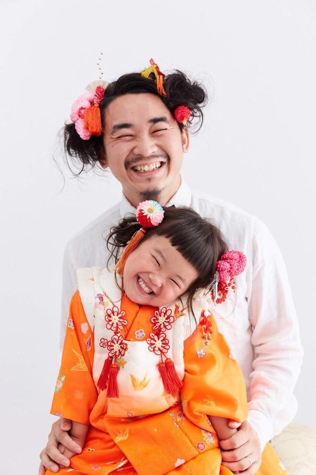 Cha con nhà người ta: Ông bố nuôi tóc đằng đẵng 2 năm trời để chụp một kiểu ảnh với con gái cho tông xuyệt tông - Ảnh 1.